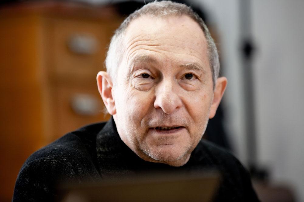 Image de Thierry Gelas, en gros plan. Il regarde l'objectif et porte un pull noir à col roulé.